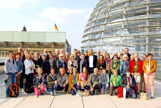 Das Gruppenfoto mit MdB Toni Hofreiter entstand auf der Dachterrasse des Reichstagsgebäudes, am Fuße der Kuppel. Foto: Bundespresseamt